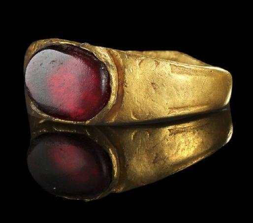 Roman garnet-set ring, 3rd century CE