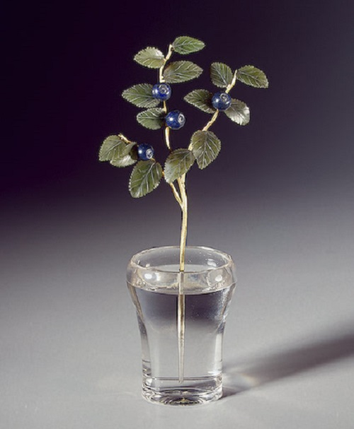 Blueberry-branch-in-a-vase.-Gold-jade-lapis-lazuli-rock-crystal-casting-carving-engraving-polishing.-Height-14.2-cm.-1880s